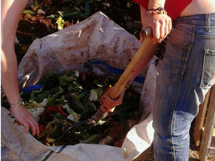 Voluntarios realizando compost