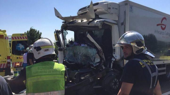 Los servicios de emergencias atienden a los heridos en el accidente mortal en Alpedrete