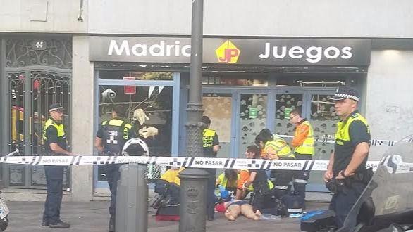 Fallece tras caer de un segundo piso en plena calle de Montera