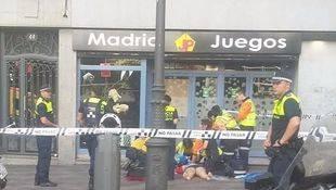 Una mujer se precipita desde el balcón de un segundo piso en la calle Montera