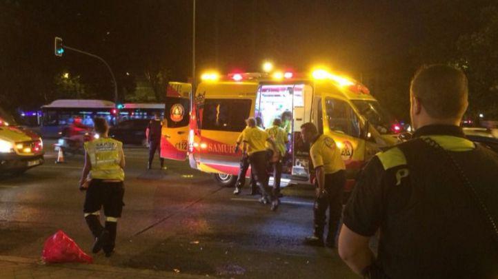 Los servicios de emergencias atienden a la joven tras el atropello en la Castellana