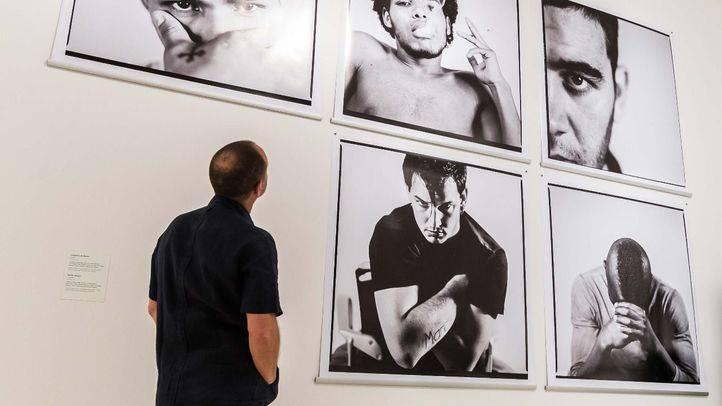 Un hombre contempla las fotografías de 'Una expo más'