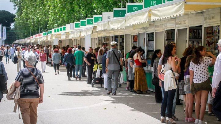 Bankia premia con 600 euros a cuatro libreros de la Feria del Libro de Madrid