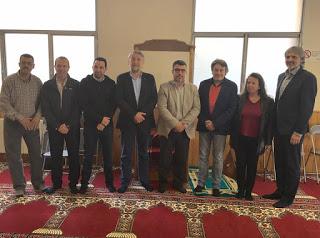 La Comunidad Islámica Annour junto con el alcalde de Ripoll y otros políticos el día de la inauguración de la mezquita