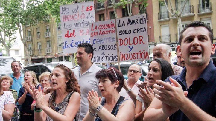 Los propietarios del bar La Esquinita y familiares y amogos se han concentrado a las puertas de la inmobiliaria Hnos. Santos para protestar contra su intento de desalojo.
