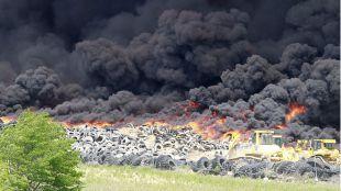 Incendio en el cementerio de neum�ticos de Sese�a
