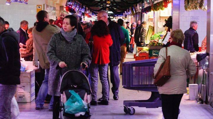 Gente comprando en el Mercado de Las Ventas (Archivo)