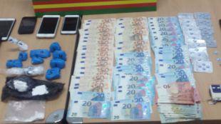 Dinero, móviles y demás efectos personales que se les han incautado a los detenidos.