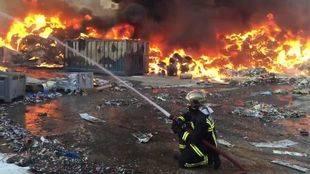 Arde el exterior de una nave de reciclaje de papel en Arganda del Rey