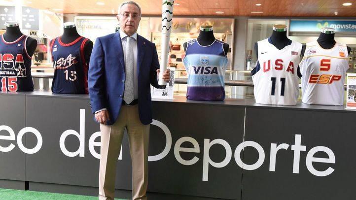 Alejandro Blanco con la antorcha ol�mpoica en el Museo del Deporte en Pr�ncipe Pio.(Archivo)