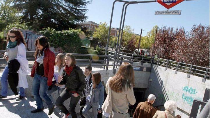 Estudiantes universitarios a la salida del metro de Ciudad Universitaria (archivo)