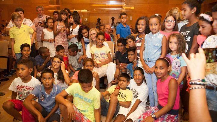 La presidenta de la Comunidad recibe a 57 niños saharauis que pasan el verano en Madrid.