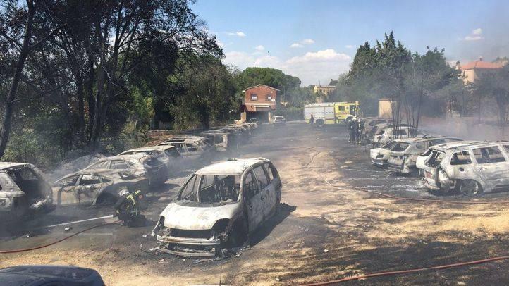Arden 32 vehículos en un incendio en un aparcamiento de larga estancia en Paracuellos