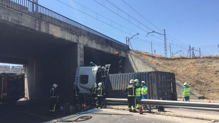 Muere un camionero en la M-21 al chocar contra el pilar de un puente