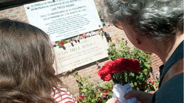 El PCM homenajea a las '13 rosas' y los '43 claveles'