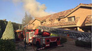 Los bomberos extinguen un incendio en un chalé de La Finca de Pozuelo