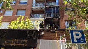 Arden el salón y la terraza de un piso en la calle Alcalá