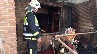 Bombero en una de las viviendas afectadas por el incendio
