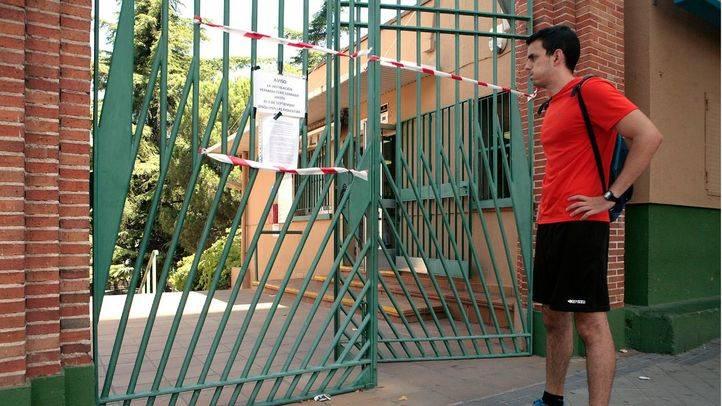 Un usuario encuentra el polideportivo de la Concepción cerrado tras el incendio.