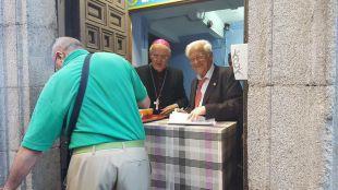 Osoro colabora en el reparto de cenas a sin techo junto al Padre Ángel