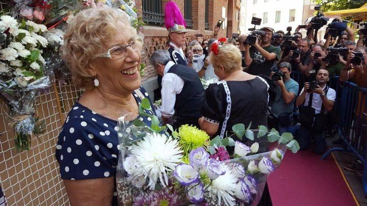 Manuela Carmena en la ofrenda floral a la Virgen de la Paloma