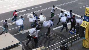 Las actuaciones policiales contra manteros y lateros caen un 30%