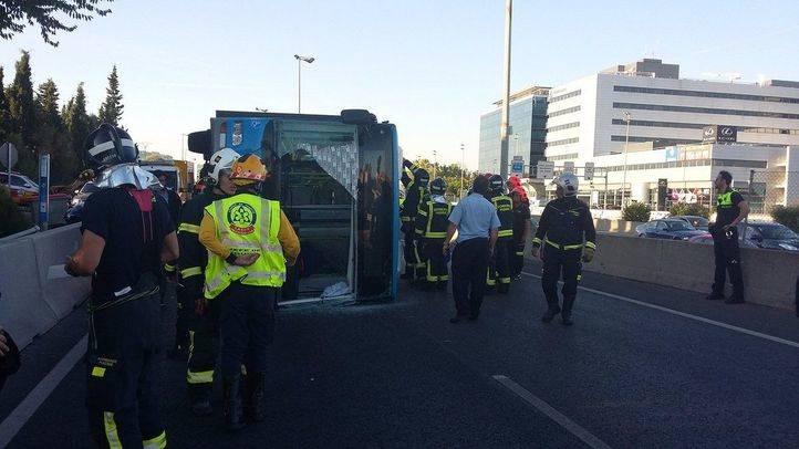 13 heridos leves al volcar un autobús de la EMT