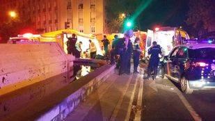 Dos heridos graves tras chocar contra la fuente de la Glorieta de Bilbao y caer al agua
