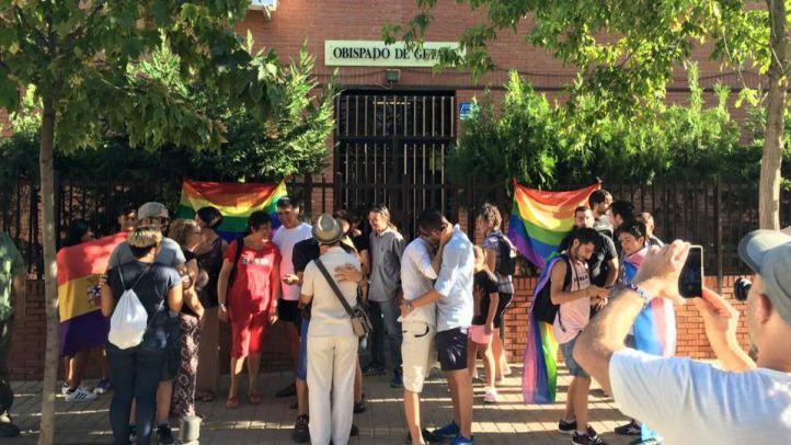 'Besada' gay a las puertas del Obispado de Getafe
