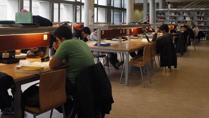 Estudiantes en la biblioteca (archivo)
