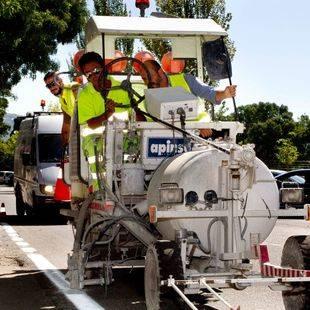 La Comunidad mejora las marcas viales en 30 carreteras de la región