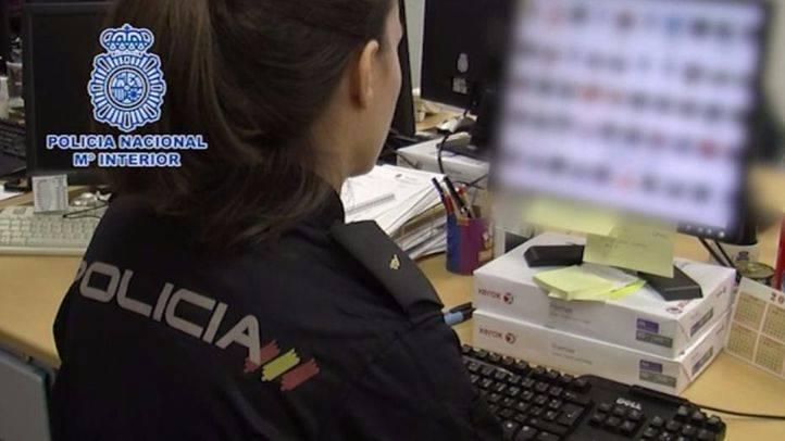 Agente de la Polic�a Nacional examinando el material (archivo)