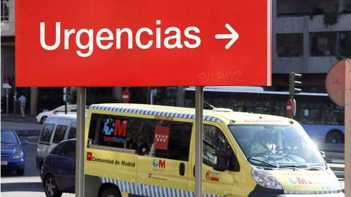 Ambulancia del summa y cartel de urgencias de un hospital