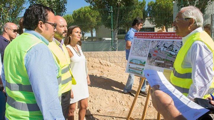 Pedro Roll�n visitando las obras de la futura pasarela