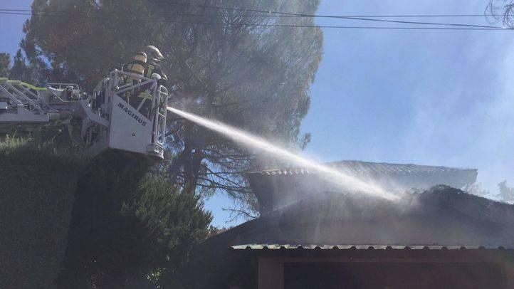 Un incendio originado en el brezo de una vivienda se extiende a dos chalets en Villanueva de la Cañada