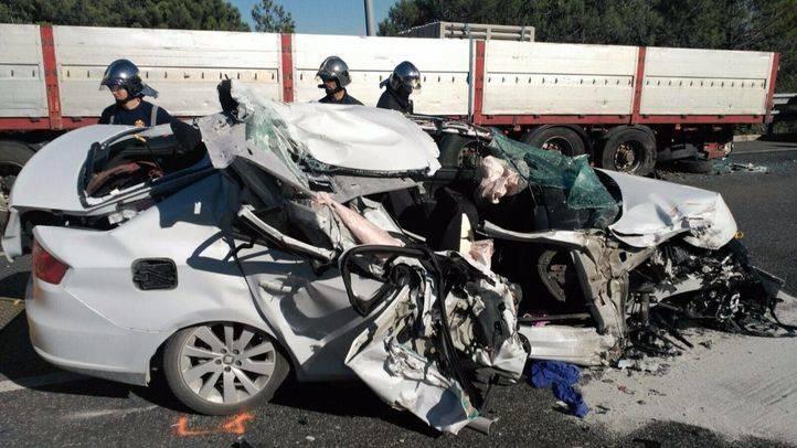 Una mujer y sus tres hijas han resultado heridas al chocar contra un camión