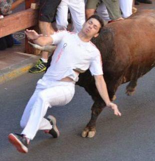 Uno de los corredores a punto de ser empitonado en los encierros de San Sebastián de los Reyes