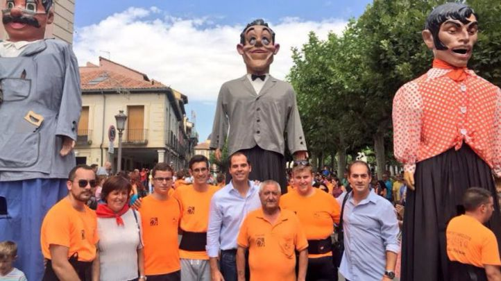 Ignacio Aguado y miembros de Ciudadanos Alcal� en las fiestas locales