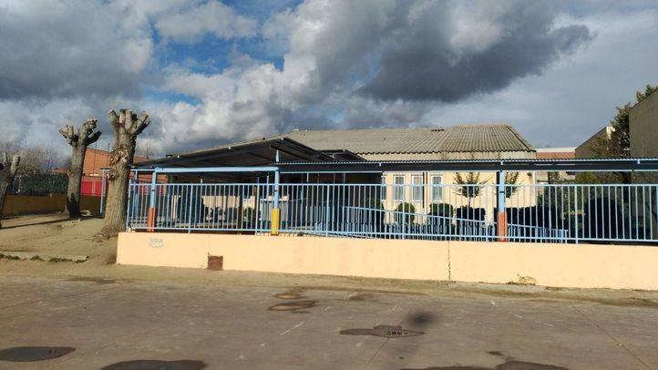 Colegio San Gregorio de Galapagar, con la cubierta de amianto sobre el gimnasio
