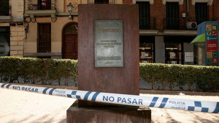 Pedestal  del busto de Clara Campoamor