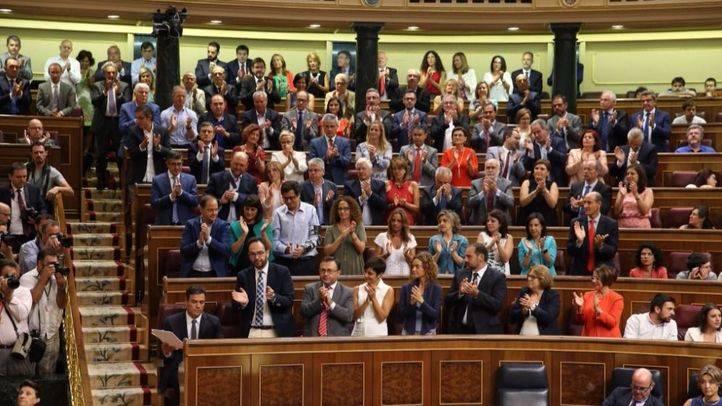 Diputados y senadores socialistas invitados a la sesión de investidura de Rajoy aplauden la intervención de Sánchez
