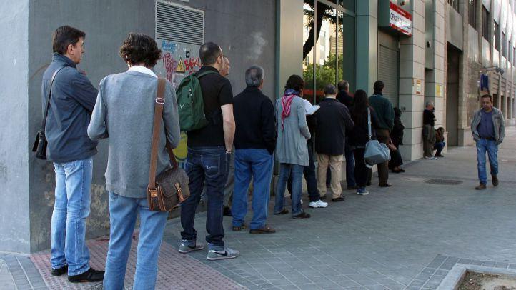 Madrileños esperando a que abran una oficina de empleo en Madrid (archivo)