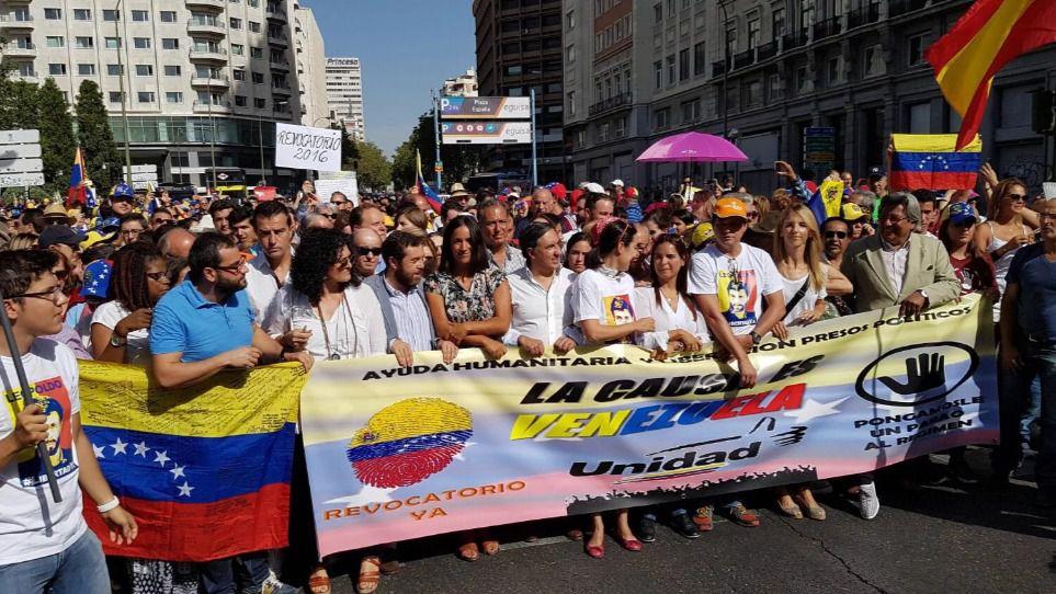 Venezolanos en Madrid marchan por el revocatorio arropados por varios políticos