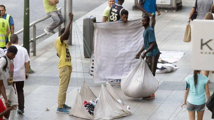 La oposición critica en bloque la 'marcha atrás' del plan contra los manteros