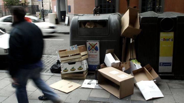 Cartones acumulados fuera de los contenedores en la calle Fuencarral