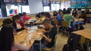 Estudiantes en el aula de un colegio (archivo)