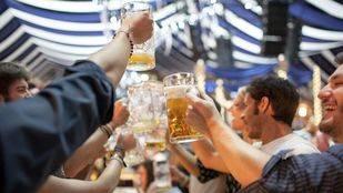 Celebrar ocasiones especiales, desconectar y ver a los amigos, razones de los madrileños para ir de bares