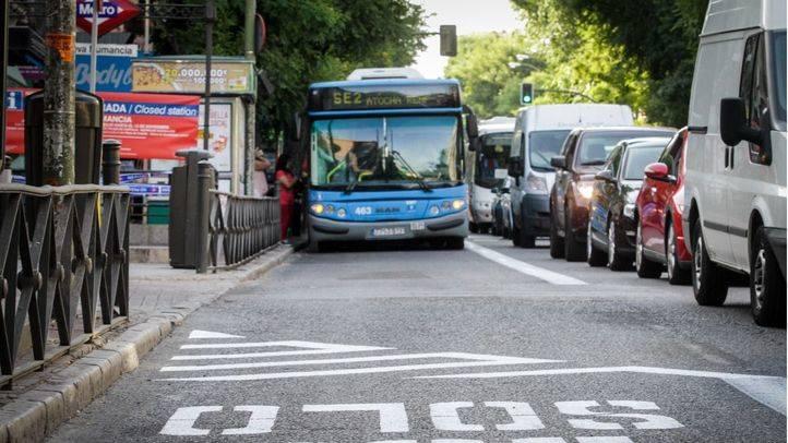 Carril bus creado específicamente en la avenida de la Albufera para que lo utilicen los autobuses de la EMT.