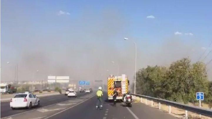 Un aparatoso incendio de pastos en Leganés genera una gran columna de humo
