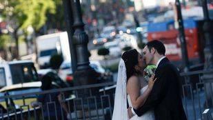 Novios posando al fotógrafo de la boda en la calle Alcalá